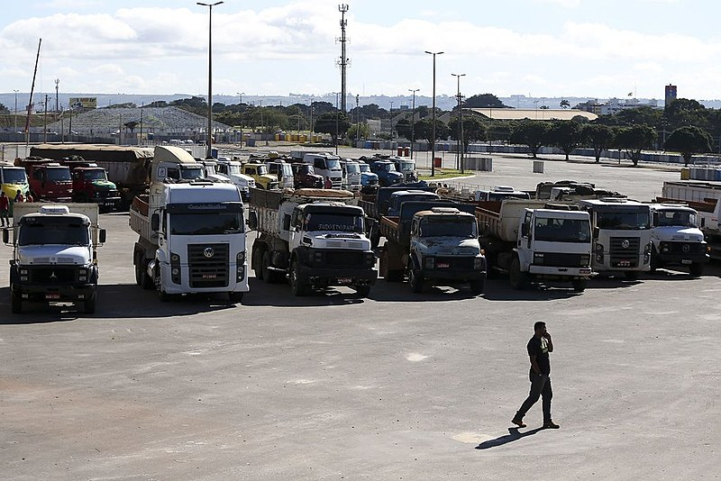 Caminhões estacionados durante a paralisação que afetou o país inteiro